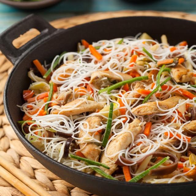 نودلز صيني بالدجاج والخضار
