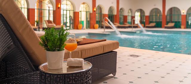 Chaise longue face à une piscine couverte