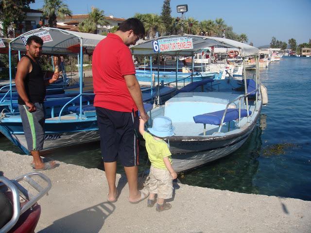 Akyaka, Azmak turu öncesi tekneleri incelerken