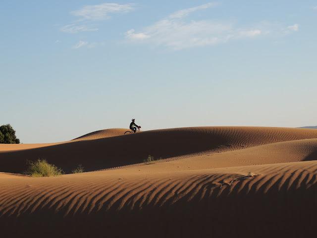 Hombre en bici en las Dunas de Er Chibi, Marruecos