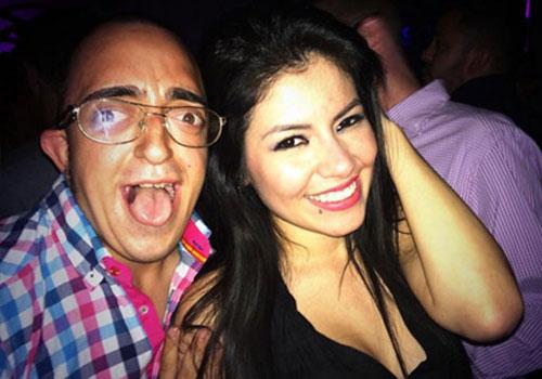 Raul DG junto a una guapa chica sonriente.