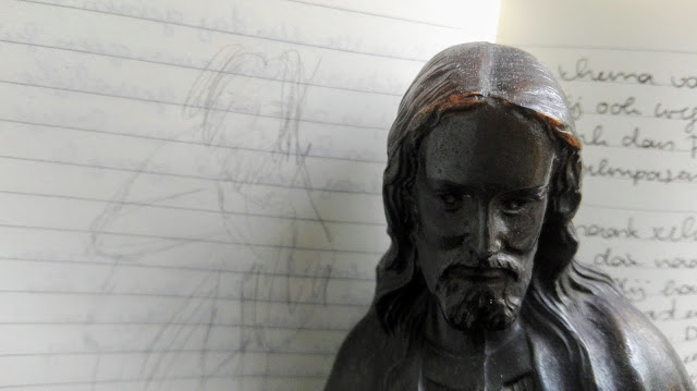 Tekening en beeld van Jezus naast elkaar.