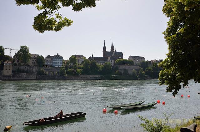 Vista de la catedral de Basilea desde el margen derecho del Rin