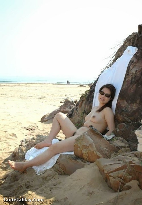 Tante Mulus Ngangkang Di Pantai Pamer Memek - Tante Jablay