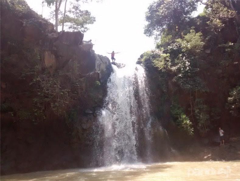 Lompat di Air Terjun Njumeg