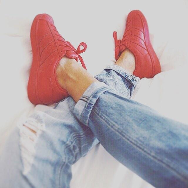 Red Women с синими джинсами