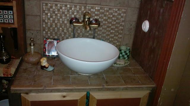 tumma vessa koristekaakelointi taso