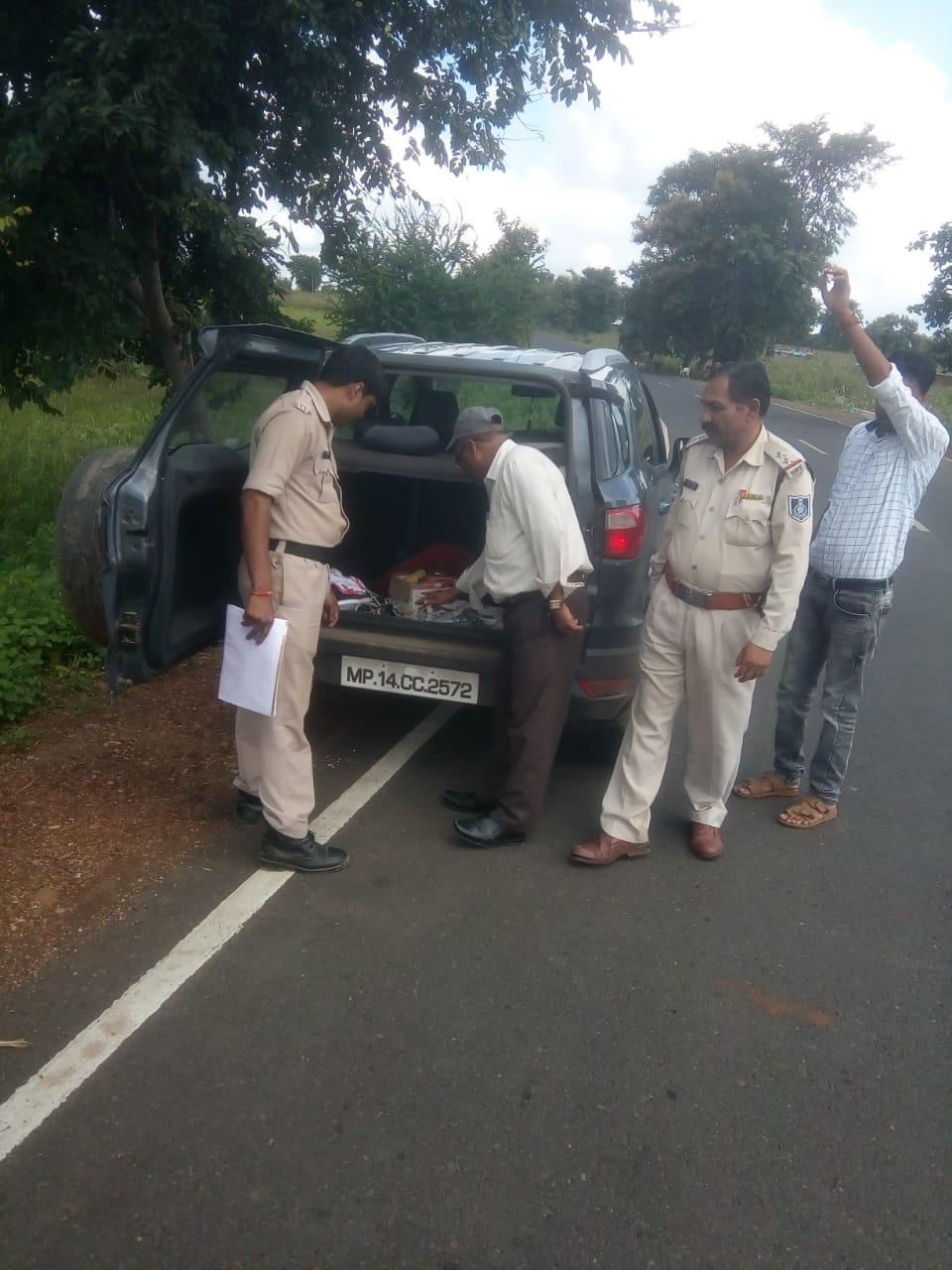 Jhabua News-एसएसटी दल एवं फ्लाइंग स्काॅट द्वारा चैक पोस्ट पर वाहनो की तलाशी  जारी