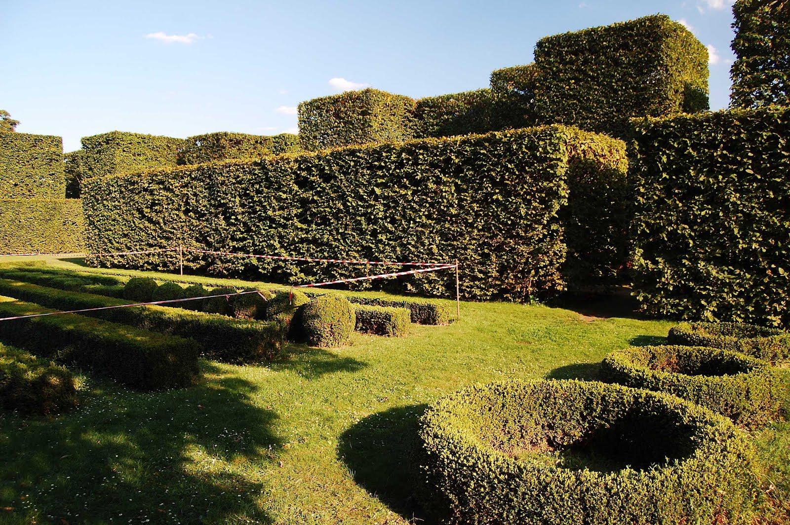 W-wa Jeziorki: Topiary garden by the Vistula