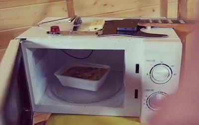 Sau đó mới cho mì ăn liền vào nấu.