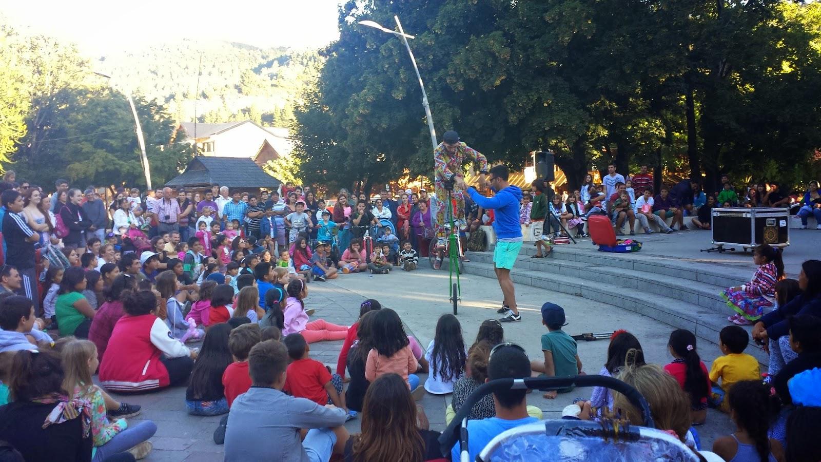 Mágico se apresentando em praça cercado de pessoas