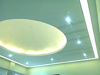 Plafon dome besar dengan variasi dropceiling lampu untuk aula