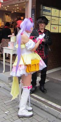 Fotografía de anciano disfrazado de Magic Girl  firmando autógrafos en Harajuku (Tokyo)