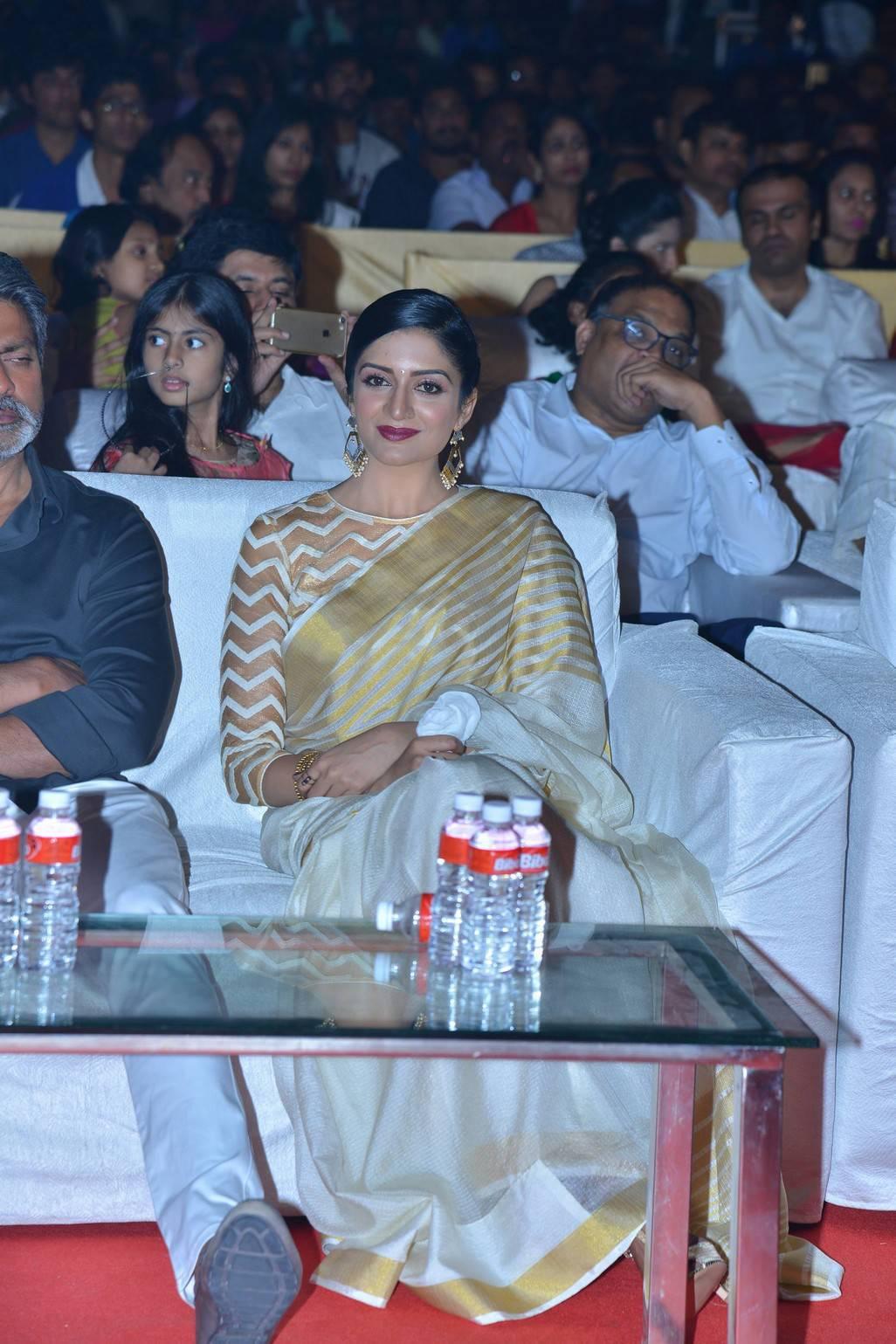 Vimala Raman Stills In White Saree At Audio Launch