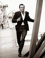 Fotograma en blanco y negro de la serie: El Fugitivo con David Janssen
