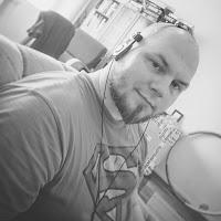 Samuli Koivulahti katsoo kameraan supermiespaidassa ja porta pro kuulokkeet päässään mv-kuva