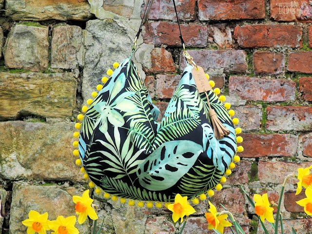 monstera, pdfsewingpatterns.com, sack bag, shoulder bag, Tkaniny Karoliny, tropical leaves, Washpapa, vegan leather, Minerva Crafts, daffodils