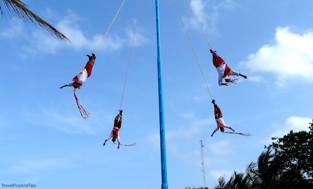 spectacle danse des valadores à Playa Del Carmen au Mexique