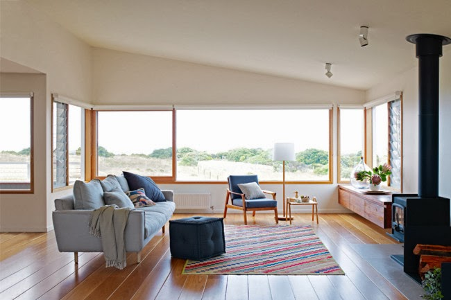 Coastal Kitchen Rugs Dishes 我們看到了 我們是生活 家 沿海小窩的舒適風格 墨爾本室內設計公司 家居風 自然的光線 簡單的材料與大方的空間 溫和的北歐風 五彩的地毯帶來柔軟 被大自然的美好景觀包圍的餐廳廚房區 木頭中島與漂亮的木餐桌
