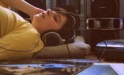 Musik dapat jadi media yang pas ketika kita akan tidur 125+ Lagu Pengantar Tidur yang Slow dan Easy Listening