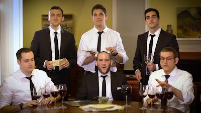 """""""Mah Nishtanah"""" interpretada por The Maccabeats realizado con la voz humana y los objetos de la mesa del Seder de Pesaj."""