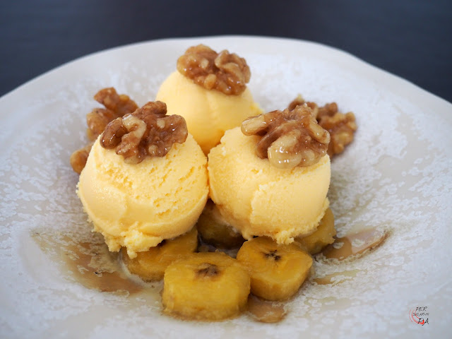 Cremoso helado de miel, con guarnición de plátano y nueces, caramelizados ambos en miel.