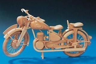 Auto miniatura fabricado en madera reciclada -  motocicleta