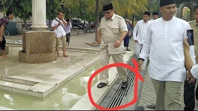 Prabowo Dituduh Injak Batas Suci Masjid Pakai Sandal, Gerindra Beri Penjelasan