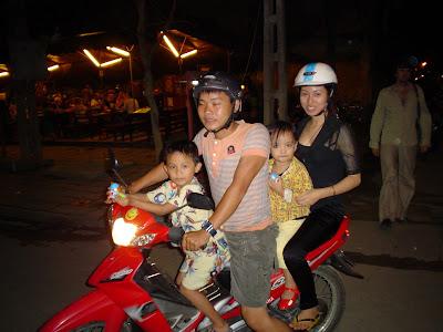 Famiglia vietnamita su una moto