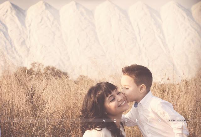 el hermano besa en la mejilla a la hermana de fondo montañas de sal