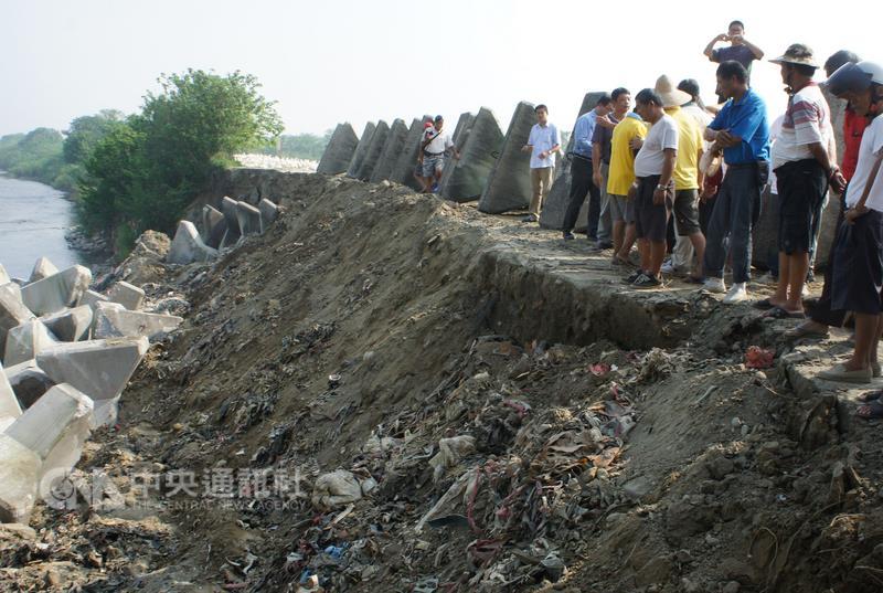 新聞-雲林環保稽查斗南虎尾溪畔發現不明來源塑膠廢棄物,豐泰代工廠涉埋廢棄物