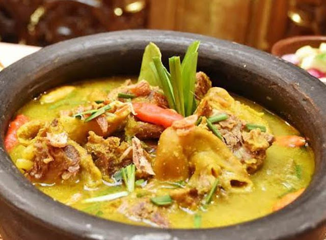 Empal Gentong, kuliner khas Kota Udang Cirebon ini kini hadir di Banjarbaru. Kuliner yang diolah dalam gentong tanah liat dan dimasak di atas arang ini bisa dinikmati di Landasan Ulin.