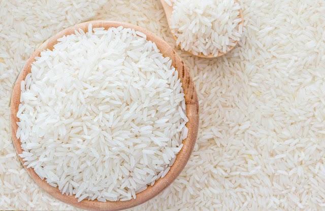 Joven estudiante calcula mal la cantidad de arroz a cocinar y se pone una franquicia de sushi