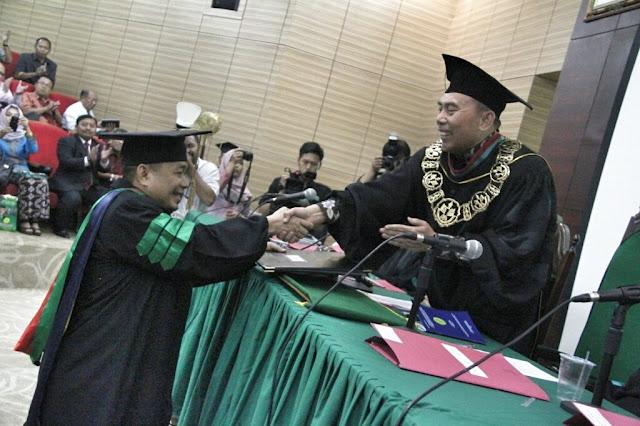 Jazuli Juwaini Raih Gelar Doktor di UNJ dengan Predikat Cumlaude
