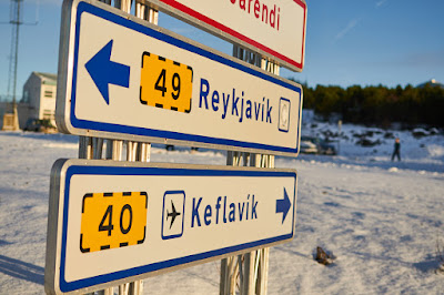Cartel de Trafico donde aparece Keflavik, ciudad donde se encuentra el aeropuerto internacinal