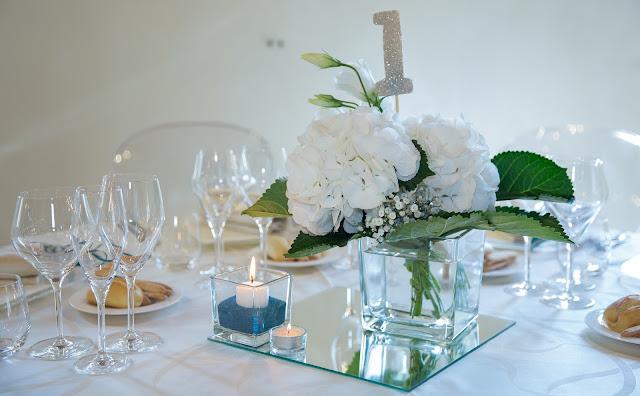Idee per centrotavola matrimonio specchi vasi e fiori
