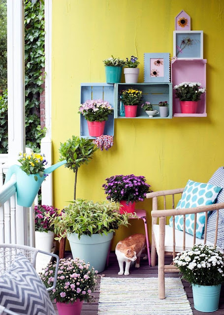 Save space on the balcony and hang up wooden vegetable boxes.  Photo via mooiwatplantendoen.nl