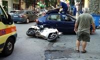 Βόλος: Συνοδηγός μηχανής προσγειώθηκε στην οροφή αυτοκινήτου μετά από τροχαίο (φωτο)