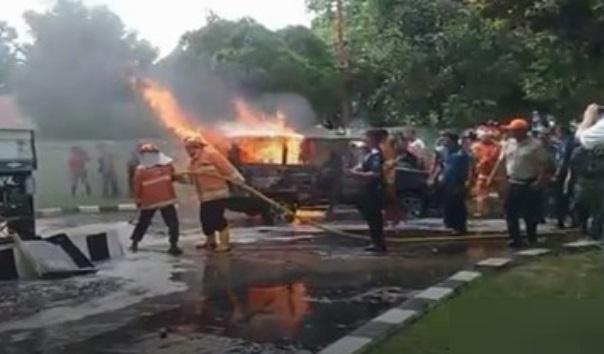 Mobil Kijang Hangus Terbakar saat Isi Bensin di Stasiun Milik TNI