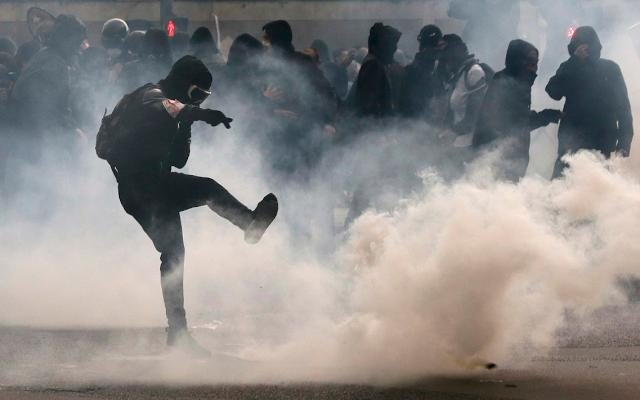 Αποτέλεσμα εικόνας για Φλέγεται η Γαλλία. Πρωτοφανής σιωπή των ΜΜΕ του κόσμου