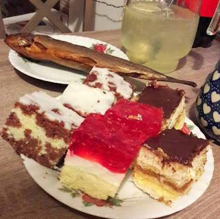 na świąteczne popołudnie: ciasto, dobra ryba i dzbanek gorącej wody z cytryną....