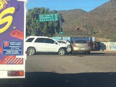 Conductor se pasa el semáforo en rojo y ocasiona accidente al Norte de Guaymas