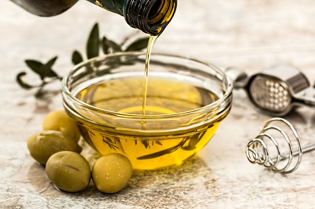 Cara Memerahkan bibir Secara Alami dengan minyak zaitun