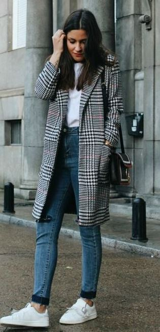 how to wear a plaid coat : skinny jeas + sneakers + bag + white tee