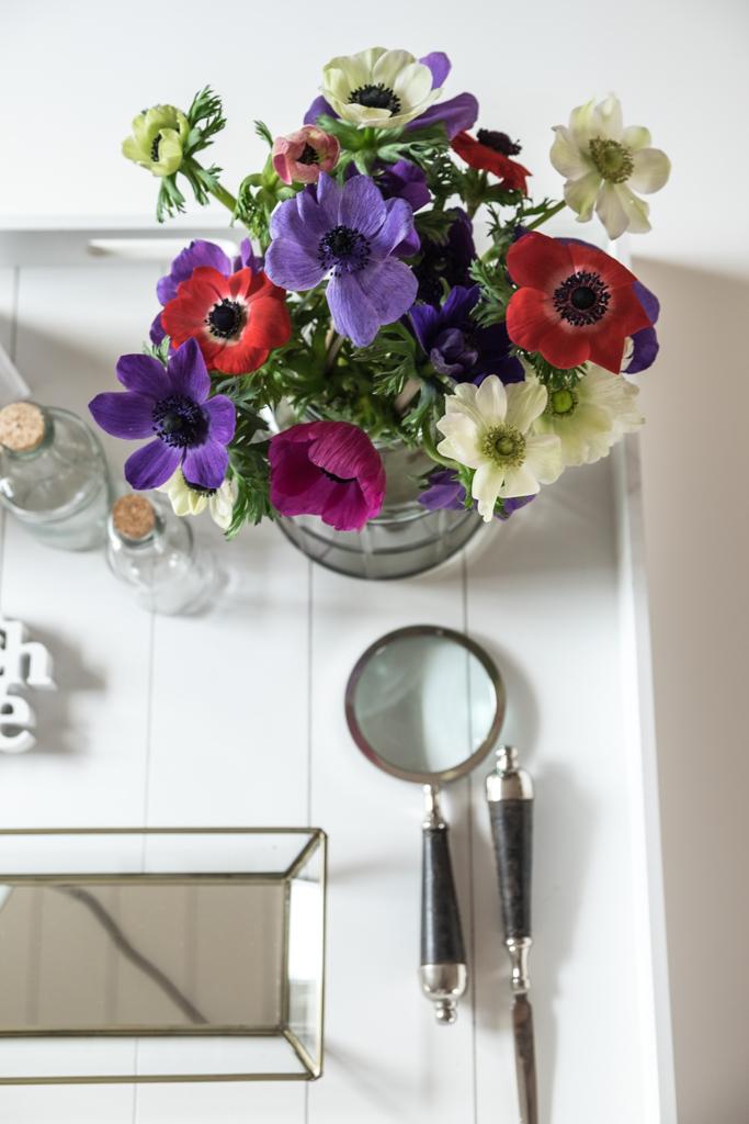 fim.works | Lifestyle Blog | ein bunter Strauß Anemonen, eine graue Glasvase, Deko in der Küche