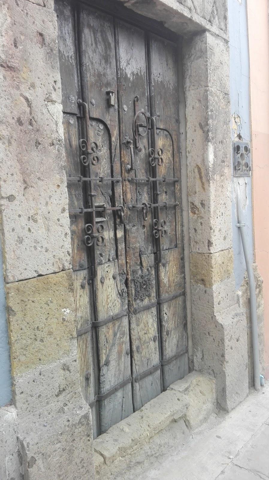 la ciudad de guadalajara jalisco tiene restos de la arquitectura francesa y puertas con hechas de artesanos desnocidos algunas fachadas se han salvado y - Puertas Antiguas De Madera