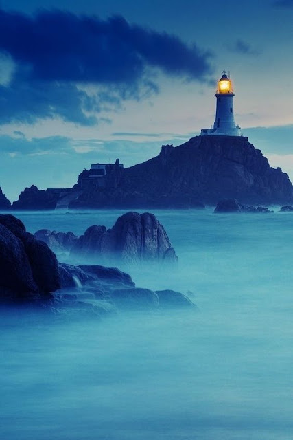 phare dans la nuit