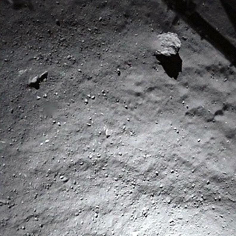 Hình ảnh chụp từ robot thăm dò Philae trong khi nó đang tiếp cận bề mặt sao chổi. Hình ảnh bởi ESA.
