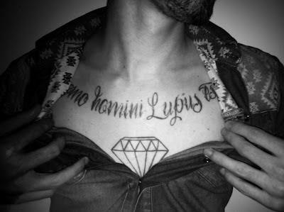 Diamant tattoo Brust Homo Homini Lupus Est Hobbes Schrift Dekolleté