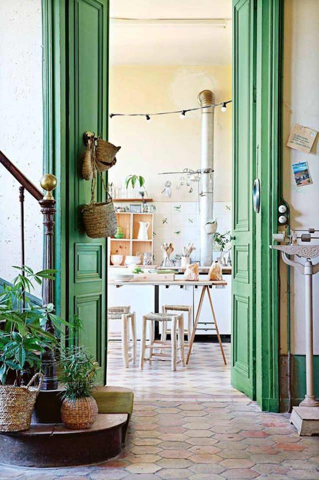 cestos de mimbre decorando una puerta
